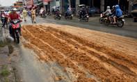 Truy tìm xe ben đổ hàng tấn đất trên đường rồi bỏ chạy