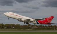 Máy bay Airbus phanh gấp trên đường băng, tránh máy bay chở hàng