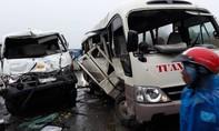 Xe khách bị xe bồn tông phải khiến 4 người nhập viện