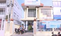 Kẻ bịt mặt cầm súng cướp ngân hàng ở Vĩnh Long