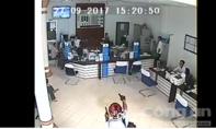 Nghi phạm cướp ngân hàng tự sát bằng súng