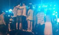 Phản cảm hình ảnh du khách nhảy trên nóc ô tô tại đêm nhạc hội Vũng Tàu