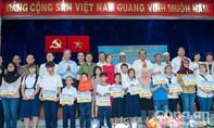 Phó Thủ tướng thường trực Trương Hoà Bình tặng quà cho học sinh người Chăm tại TP.HCM