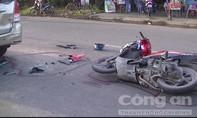 Xe máy húc đuôi ô tô dừng đèn đỏ, một người nguy kịch