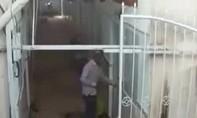 Clip: 2 tên trộm dùng đoản bẻ khóa trộm tài sản của sinh viên