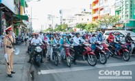 Nữ CSGT TP.HCM cầm loa tuyên truyền, nhắc nhở người vi phạm