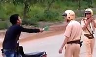 Khởi tố đối tượng đấm vào mặt cảnh sát