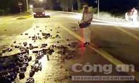 Đội CSGT số 1 giúp tài xế thu dọn bia ngã đổ xuống đường