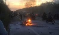 Xe máy bốc cháy dữ dội thiêu sống 2 con chó