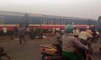 Tàu hỏa tông xe máy văng xa 50 mét, 2 người tử vong