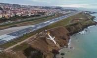 Clip khách 'cầu nguyện' khi máy bay nằm cheo leo trên vách đá