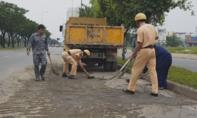CSGT dọn dẹp bùn đất rơi vãi trên đường phố Sài Gòn
