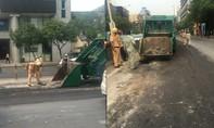 CSGT TP.HCM dọn bùn đất trên đường Nguyễn Văn Trỗi