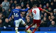 Cầu thủ Everton bị gãy chân vì cố ngăn cú sút