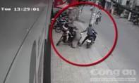 Người phụ nữ bị cướp giật túi xách ngã sấp mặt xuống đường