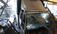 Tài xế ngủ gục, xe tải tông sập nhiều nhà dân