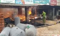 Cửa hàng tạp hóa cháy rụi vì... sang chiết xăng
