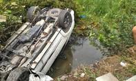 Xe Fortuner chở 4 người lật ngửa dưới mương nước