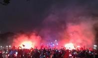 Cổ động viên Hà Nội đốt pháo sáng mừng thành tích của U23