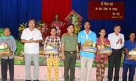 Báo CATP trao 200 phần quà Tết cho người nghèo Cà Mau