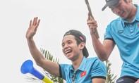 Hình ảnh các cầu thủ U23 tươi cười chào người hâm mộ