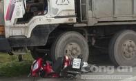 Ô tô cán nát xe máy dừng ở ngã tư