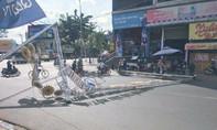 Công trình đèn hoa đón Tết nặng hàng  tấn đổ sập xuống đường