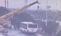 Clip người đàn ông dùng xe cẩu cứu 4 người thoát chết