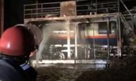 Cả trăm cảnh sát dập lửa 2 xe bồn bốc cháy khi lấy cồn ở nhà máy