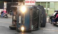 """Tránh xe máy, xe tải lật """"như phim"""", dân phá cửa cứu tài xế"""