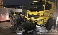 Xe tải tông xe 7 chỗ lật chổng bánh ở Sài Gòn