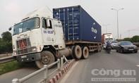 Xe container lao vào đường xe máy ở Sài Gòn, nhiều người thoát chết