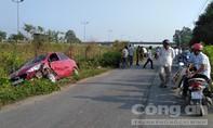 Hai ôtô tông trực diện rồi lao vào hàng rào đường cao tốc