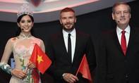 Tiểu Vy tặng cờ Việt Nam cho David Beckham tại sự kiện ra mắt Vinfast