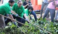 Bí thư Thành ủy TP.HCM cùng người dân dọn rác chống ngập nước