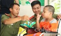 Công an quận Phú Nhuận:: Tặng quà Mẹ VNAH, trẻ em khuyến tật
