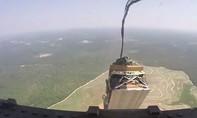 Máy bay vận tải Mỹ thả nhầm xe bọc thép xuống... rừng