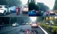 Taxi mở cửa bất cẩn trên cao tốc, hai xe mô tô 'đo đất'