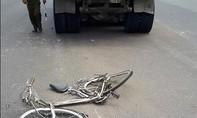 Xe ben chạy ẩu tông xe đạp chở hai học sinh gây bức xúc