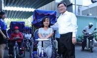Trao xe lắc tay cho người khuyết tật