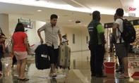 Sân bay Malaysia ngập nước, hành khách phải 'xắn quần' lên máy bay