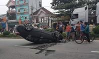 Xe 4 chỗ mất lái lật nằm phơi bụng trên đường