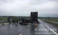 Xe container chở thiết bị điện cháy dữ dội sau tai nạn
