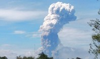 Núi lửa phun 4.000m trên đảo xảy ra thảm họa kép ở Indonesia