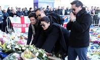 Vợ con cùng Đội bóng Leicester City tưởng niệm ông Vichai