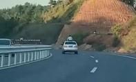Thiếu niên tử vong vì thò đầu lên cửa sổ ô tô va trúng thanh giới hạn chiều cao