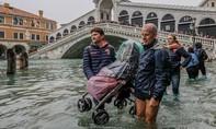 Du khách lội nước ngập gần 1 mét trong 'thành phố tình yêu'