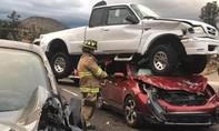 Hy hữu: Xe bán tải đè nát ô tô con nhưng không ai tử vong