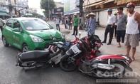 """Taxi tông xe đạp rồi """"lùa"""" hàng loạt xe máy dừng chờ đèn đỏ"""