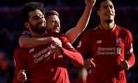 Liverpool thắng đội bét bảng Fulham 2-0, lên đỉnh bảng
